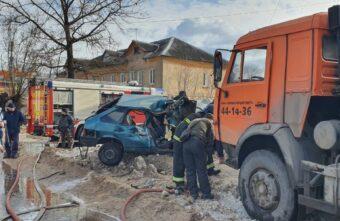 Подросток за рулем машины пострадал при столкновении с грузовиком