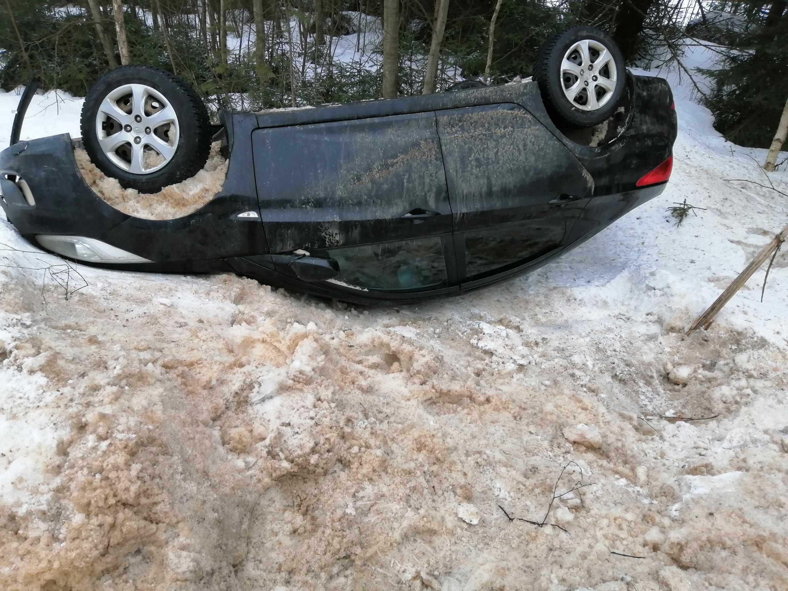 В Тверской области опрокинулся автомобиль - есть пострадавший