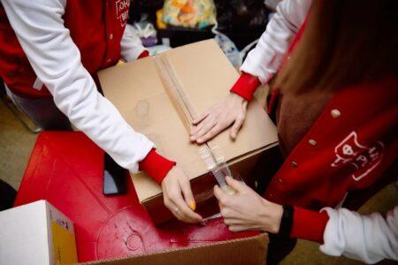 Волонтёры доставляют продукты пожилым жителям Тверской области