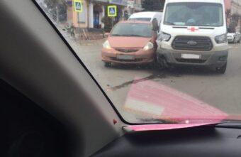 """В Твери на улице Советской """"Хонда"""" зацепила машину скорой помощи"""