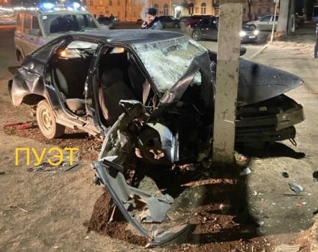 Ночью в Тверской области автомобиль протаранил бетонный столб