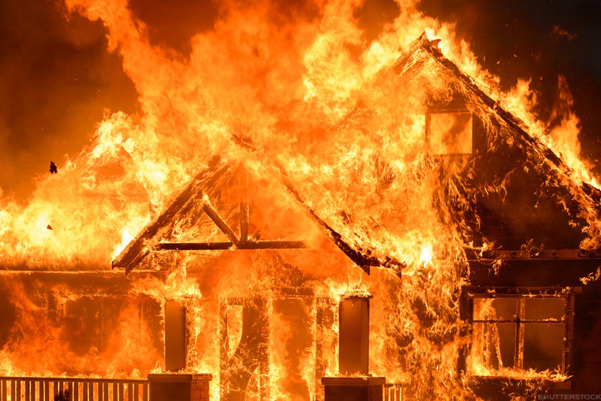 Под Тверью уже почти час пожарные борются с огнём