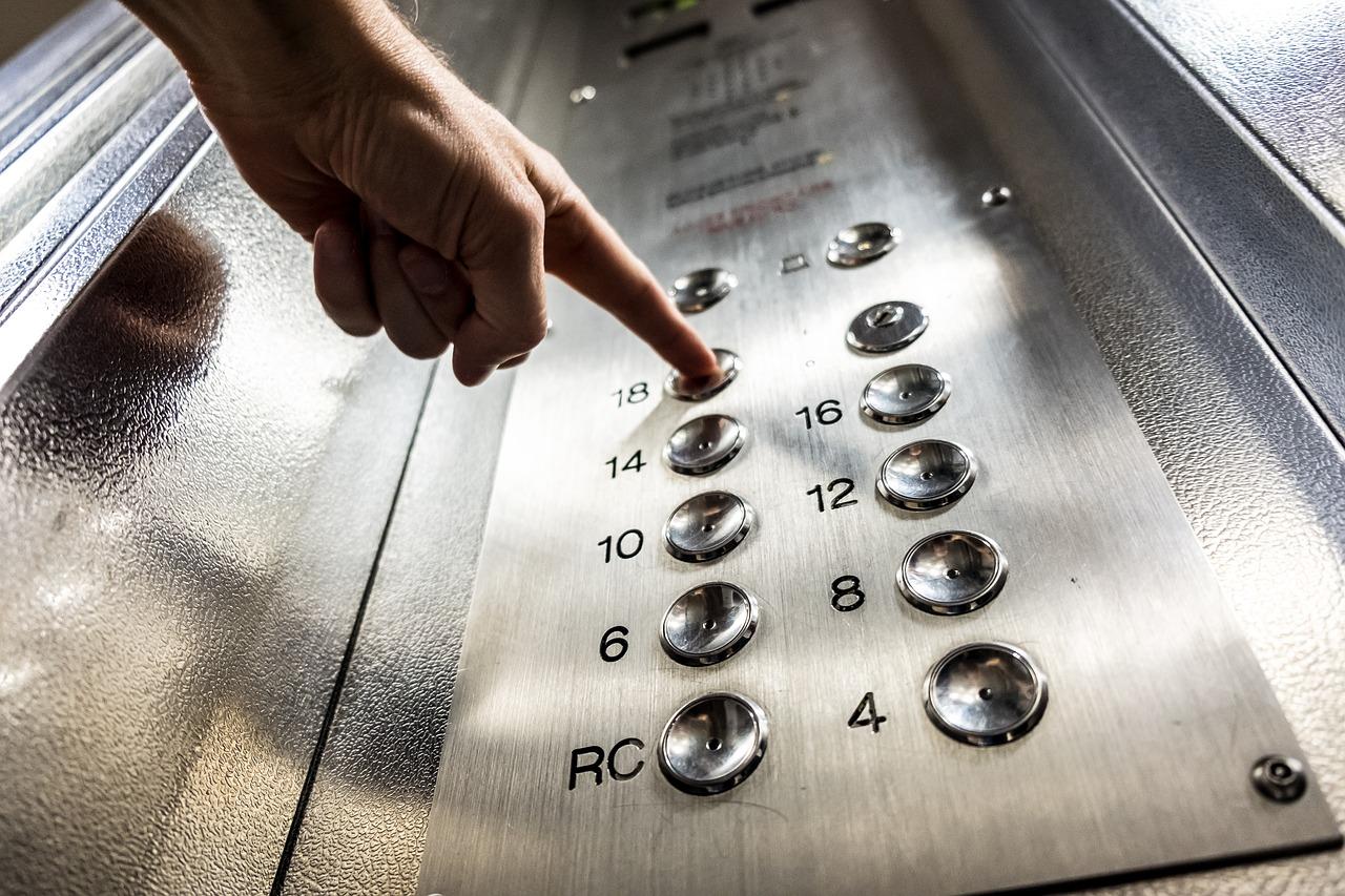 Без паники: что нельзя делать, если вы застряли в лифте