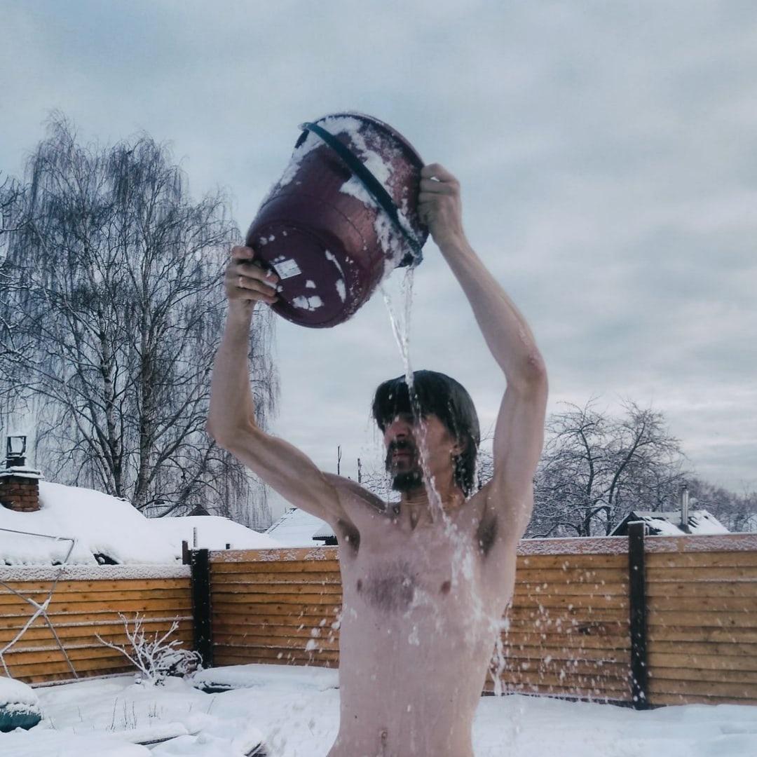 В лютый мороз тверской блогер обливается ледяной водой: видео