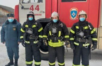 Пожарные вытащили мужчину из горящего дома в Тверской области