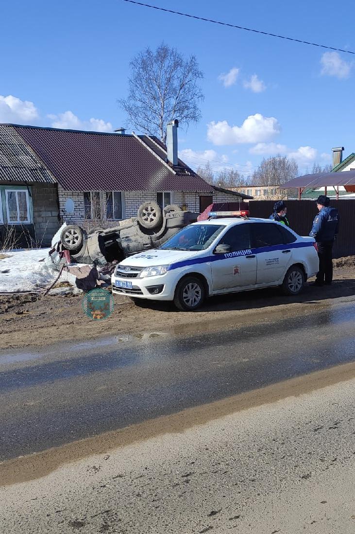 В Тверской области внедорожник смял металлический забор и перевернулся