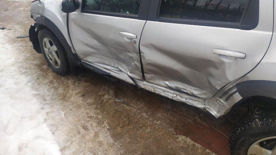 На бульваре Шмидта в Твери две иномарки не поделили перекрёсток
