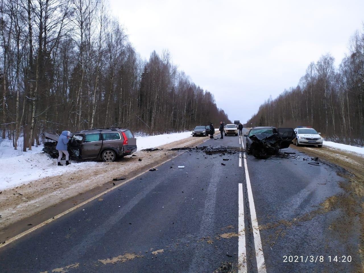 Опубликовано видео с места смертельного ДТП на М-9 в Тверской области
