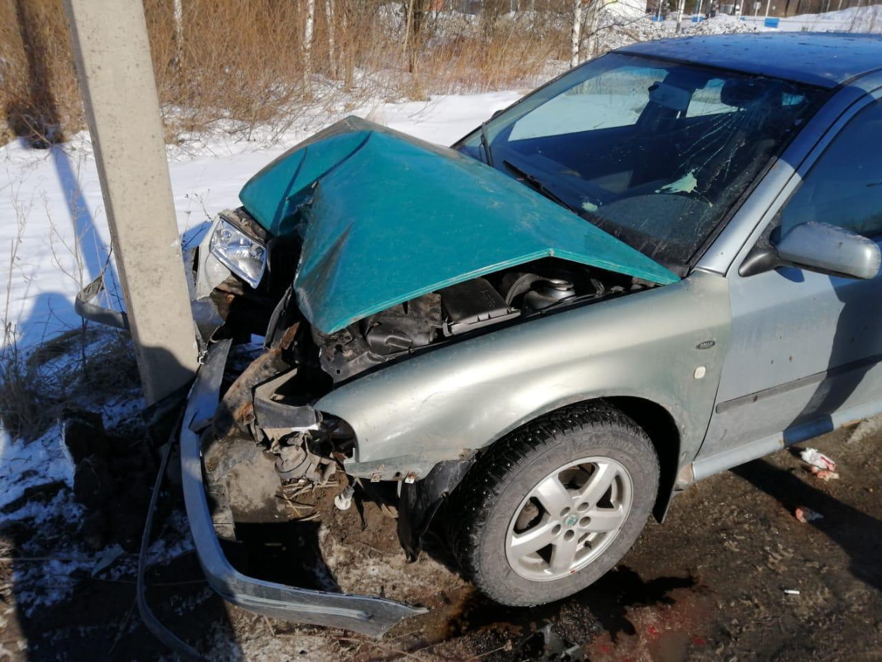Водитель в Твери разбил голову после столкновения машины со столбом