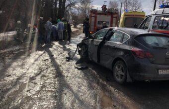В Твери водитель «Жигулей» врезался в дерево от удара об «Опель»