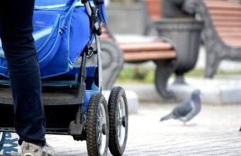 В Твери девушка угнала коляску у беспечного отца