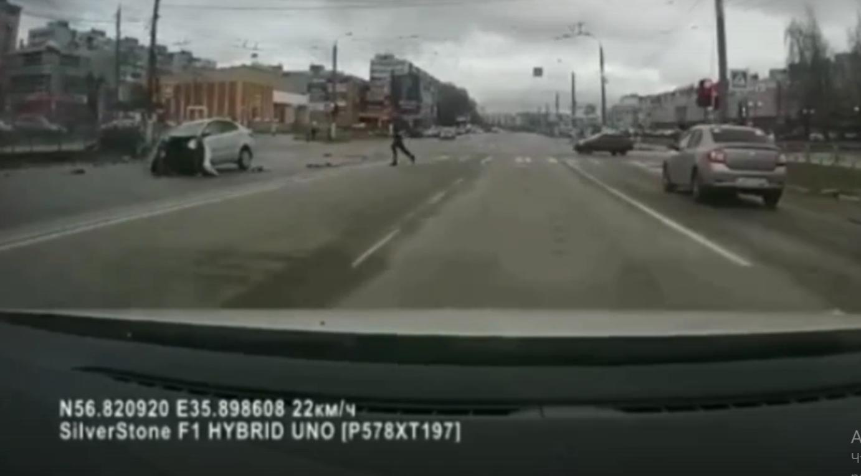 Появилось видео момента серьёзного ДТП на улице Можайского в Твери