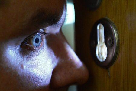 В двери жителей Твери стучатся мошенники в новой роли