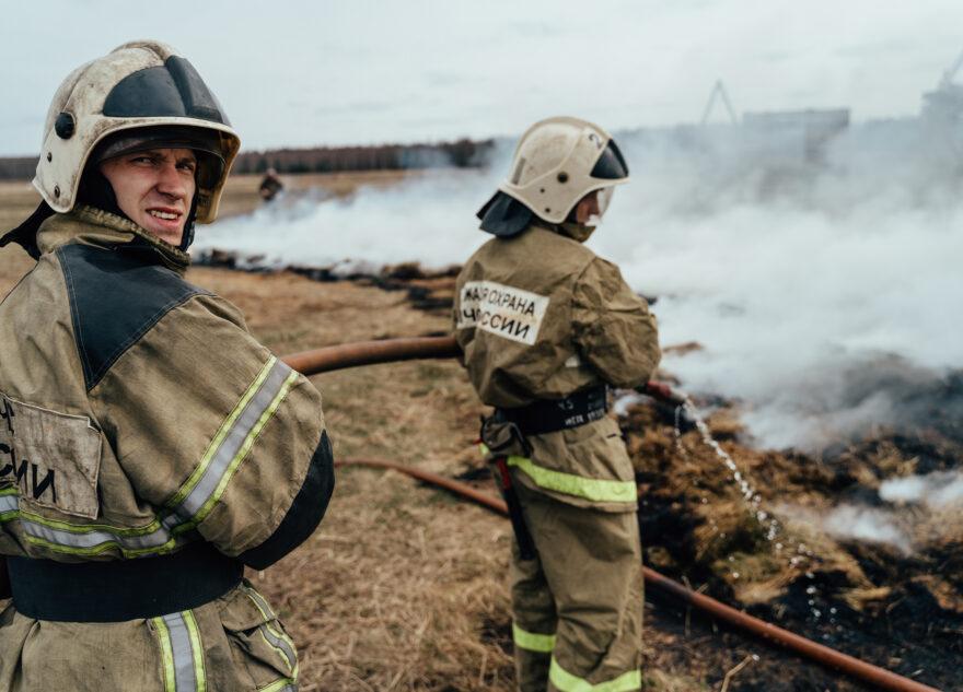 Тверские спасатели жгли и тушили на аэродроме: огненный фоторепортаж