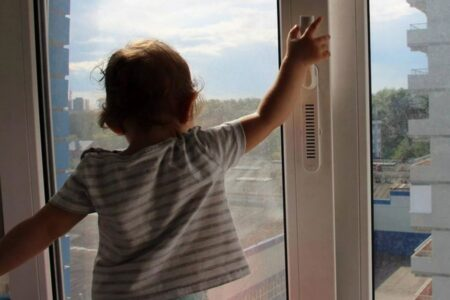 В Тверской области из окна пятиэтажки выпали две маленькие девочки