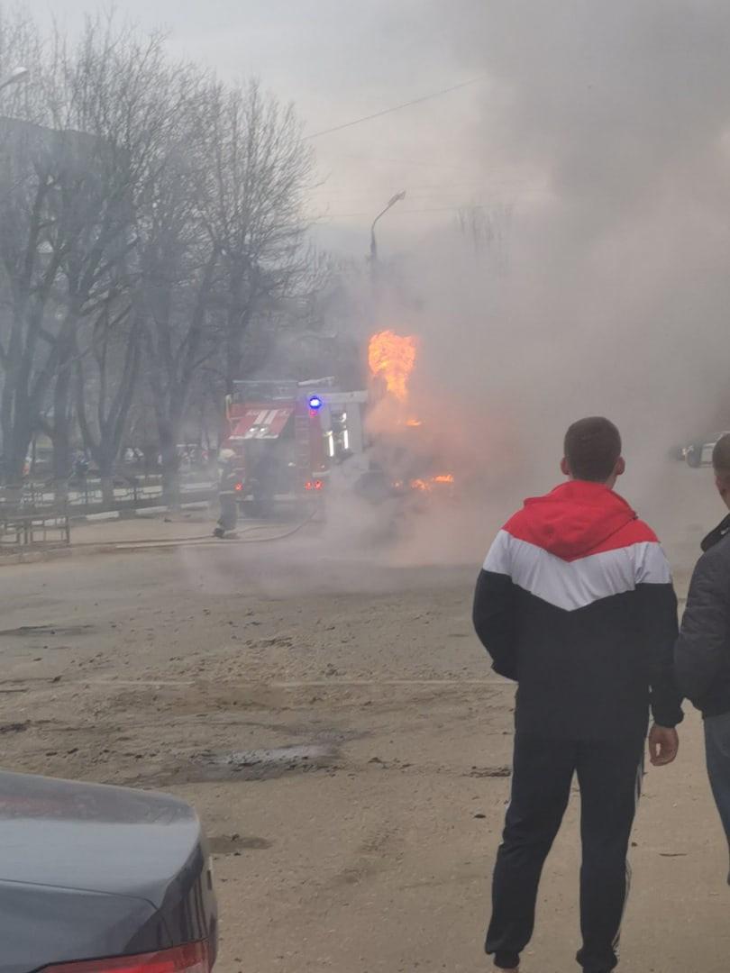 В Твери на бульваре Цанова загорелся дорожный каток