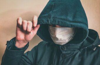 В Твери двое вооружённых мужчин в медицинских масках грабили магазины