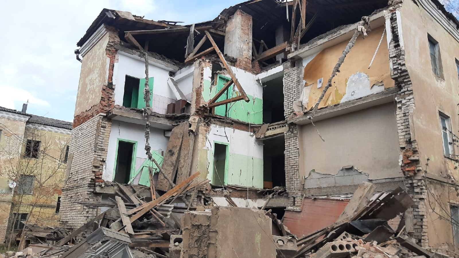 В МЧС рассказали об обрушении стены общежития в Ржеве