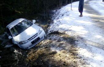 Девушка, вылетевшая с дороги под Тверью, поблагодарила водителей за неравнодушие