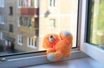 Тверские следователи установят причины падения девочки с 3 этажа