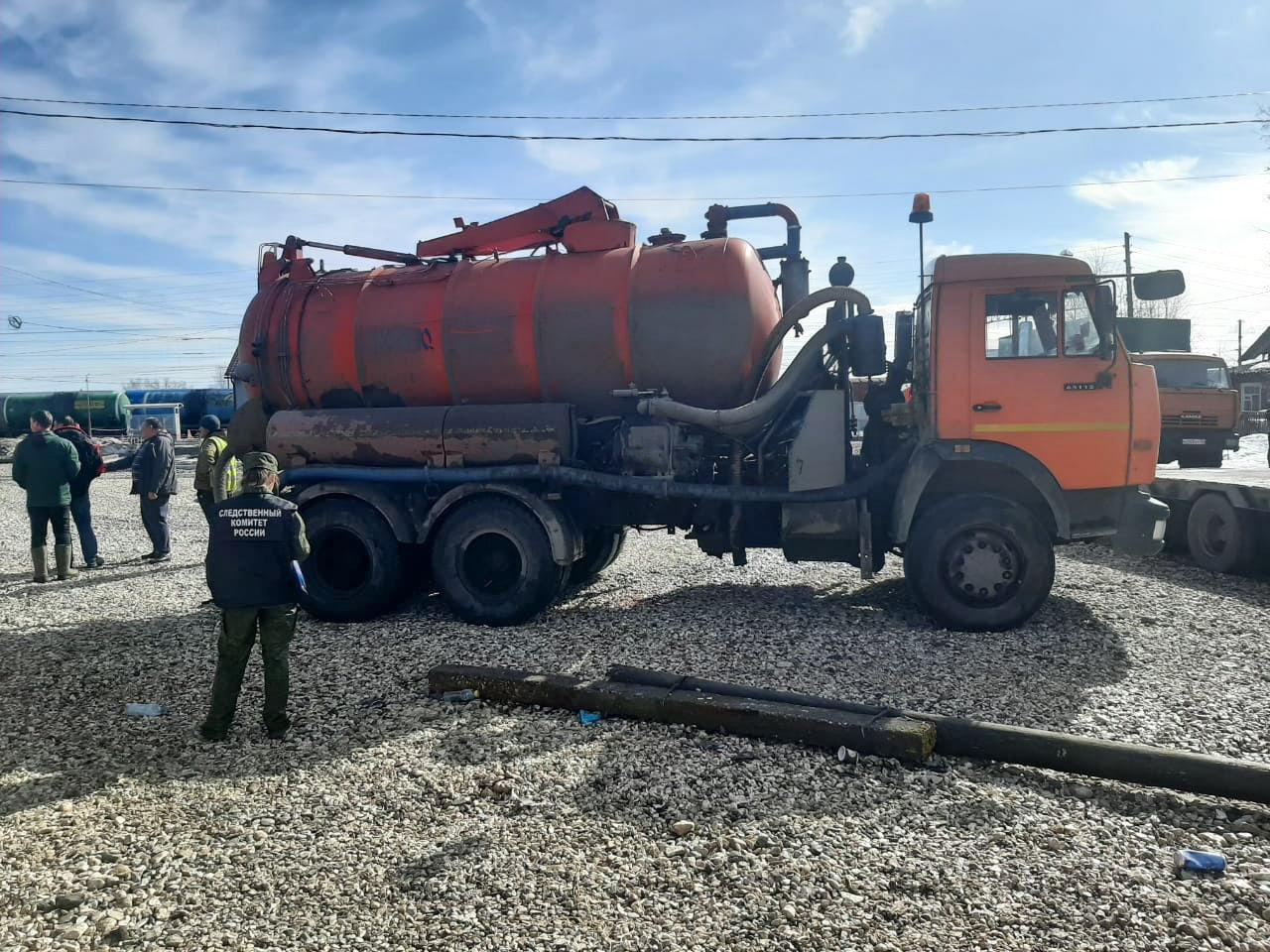 Мужчину в Тверской области насмерть придавило цистерной с водой