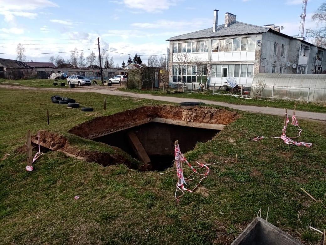 Огромный провал образовался у детского сада под Тверью