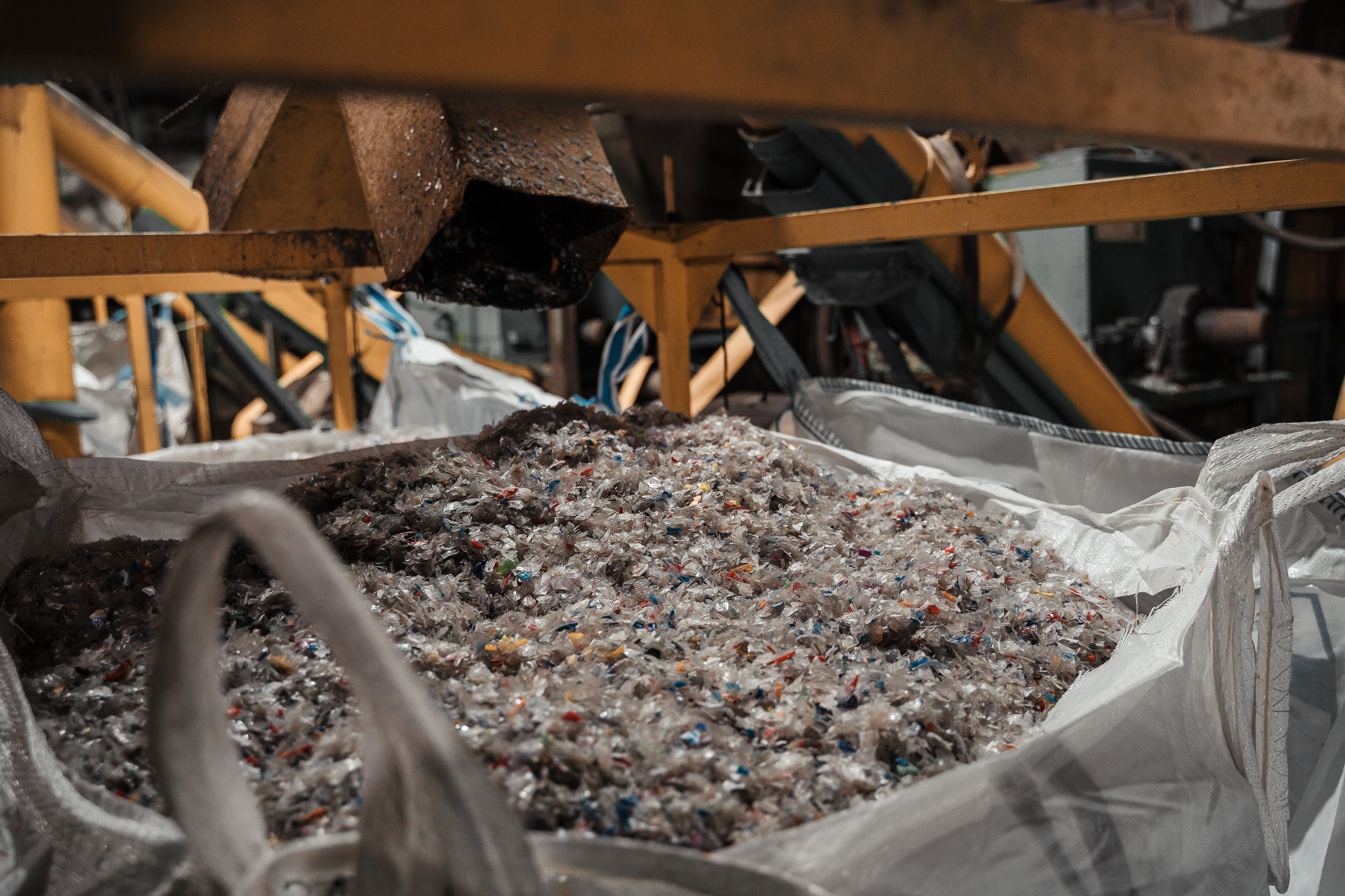 Жизнь пустой бутылки: тверские специалисты рассказали, во что превращается выброшенный пластик