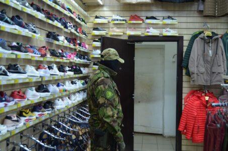 900 единиц контрафакта нашли в торговом центре в Твери