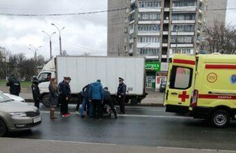 Пожилую женщину, попавшую под колёса машины в Твери, доставили в больницу