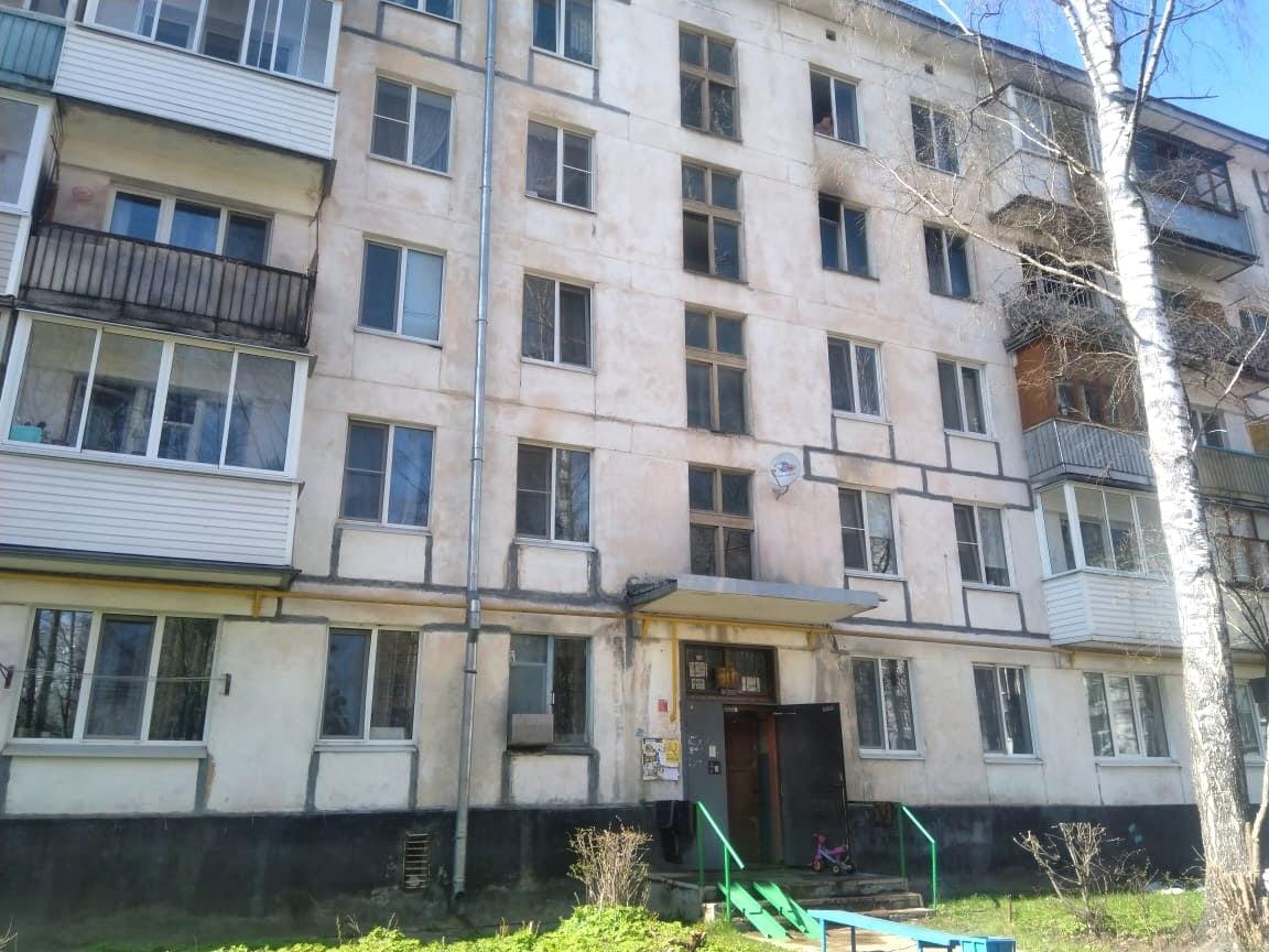Тверские следователи занялись пожаром в квартире, откуда выпрыгнул маленький мальчик