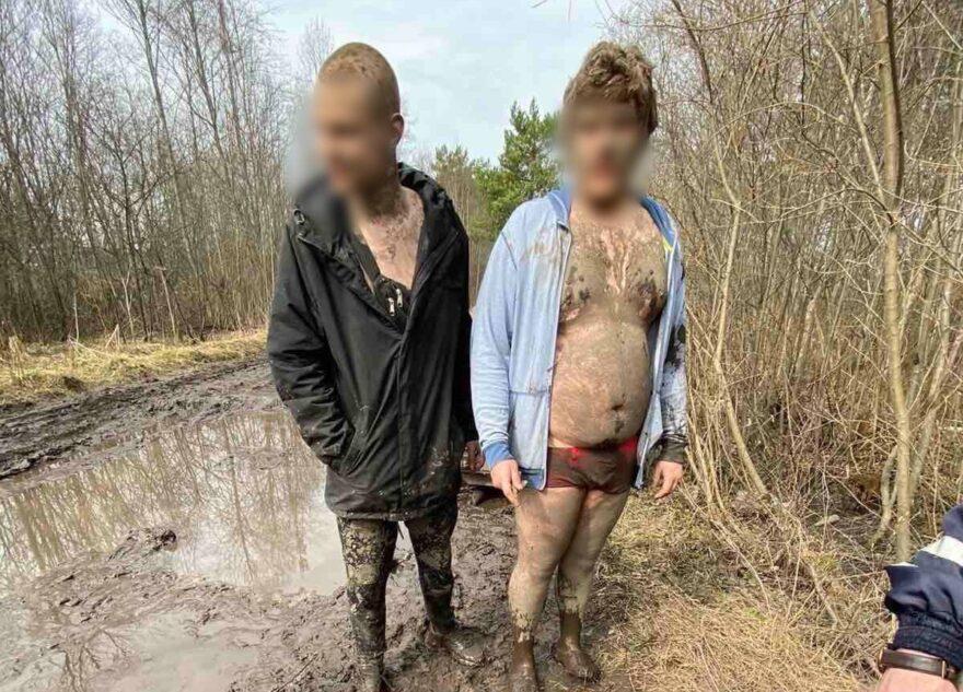 Чумазый 17-летний москвич застрял в луже под Тверью