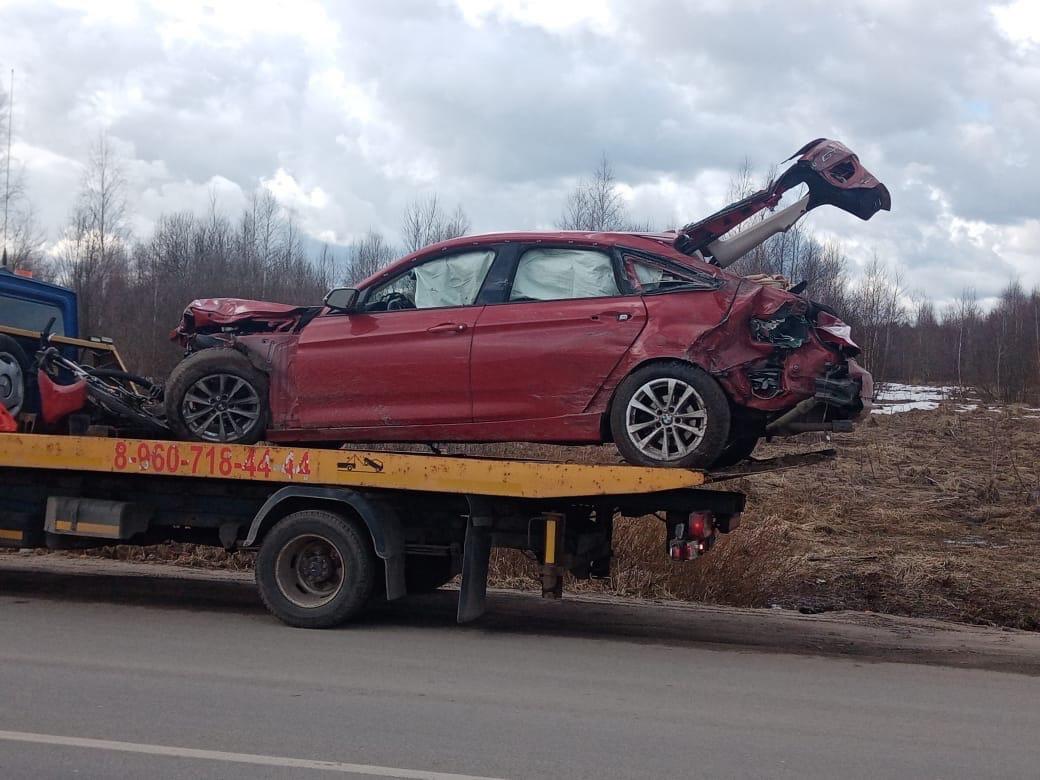 Появились фотографии и видео с места столкновения BMW и фуры под Тверью