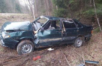ВАЗ вылетел в кювет и врезался в дерево в Тверской области