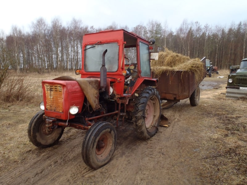 Житель Тверской области угнал трактор, чтобы вытащить машину из кювета