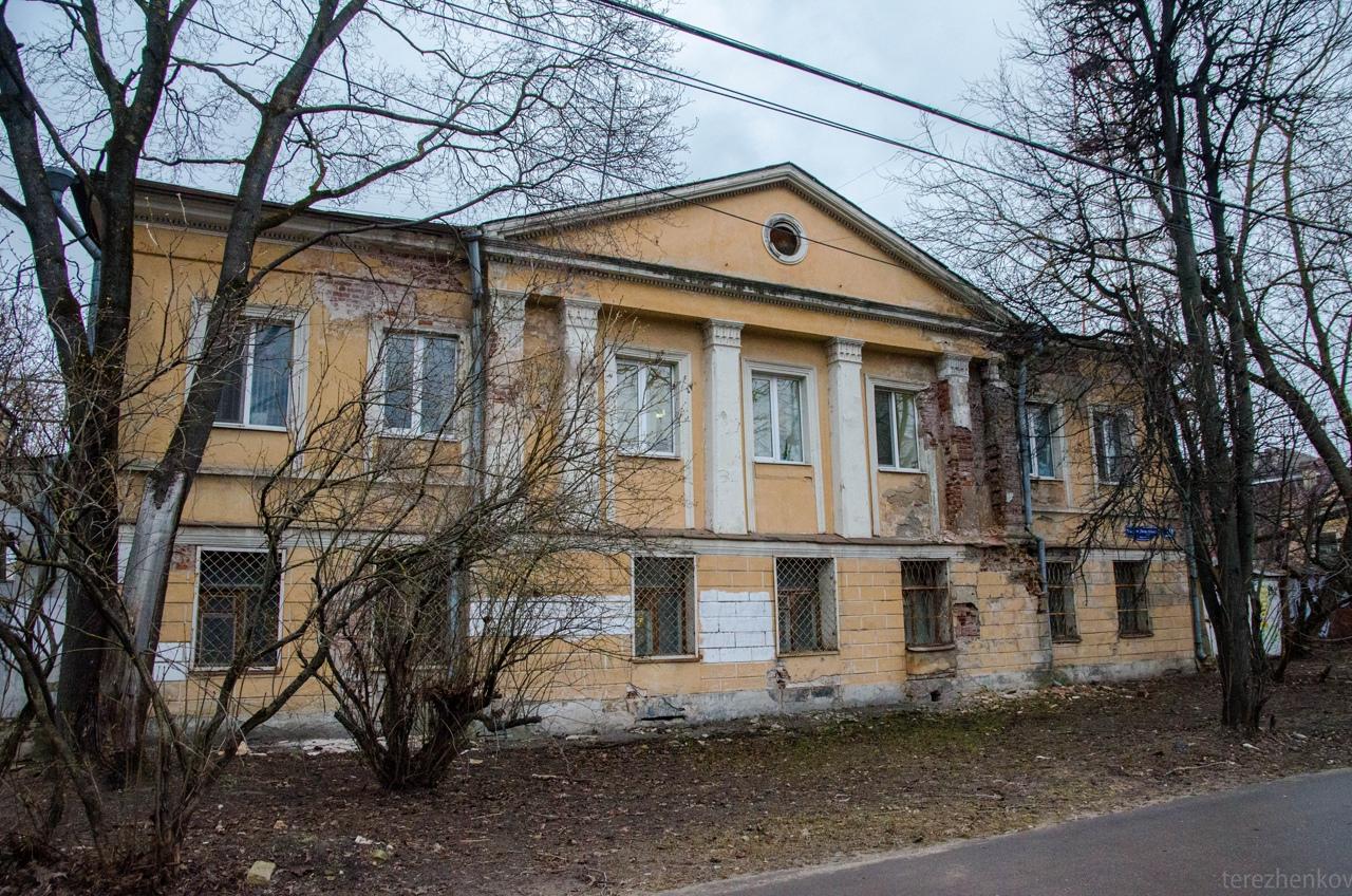 В центре Твери обрушивается фасад главного дома усадьбы XIX века