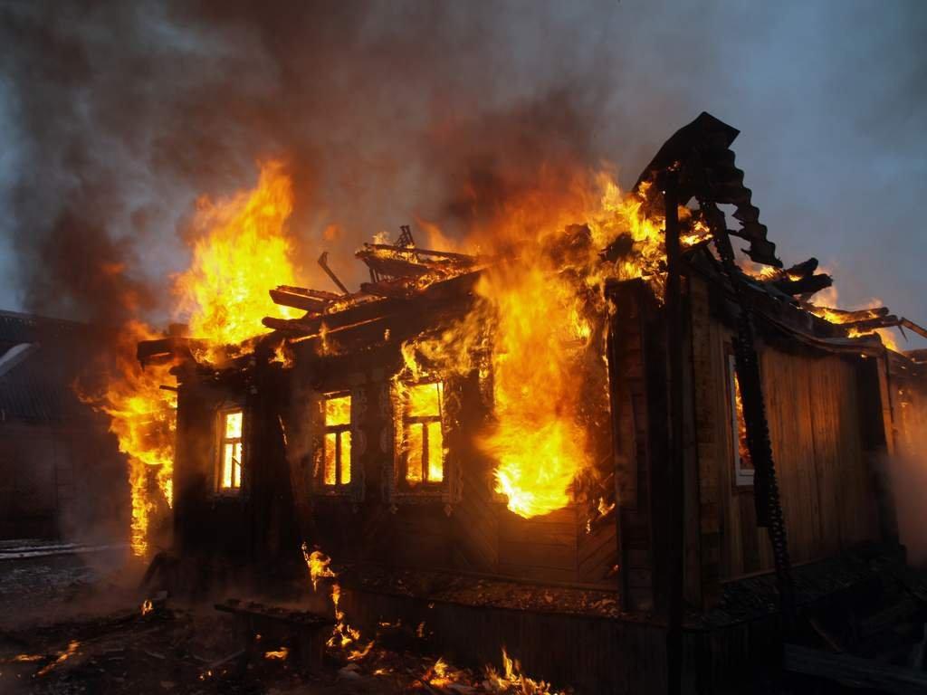 Мужчина погиб в горящем доме в Тверской области