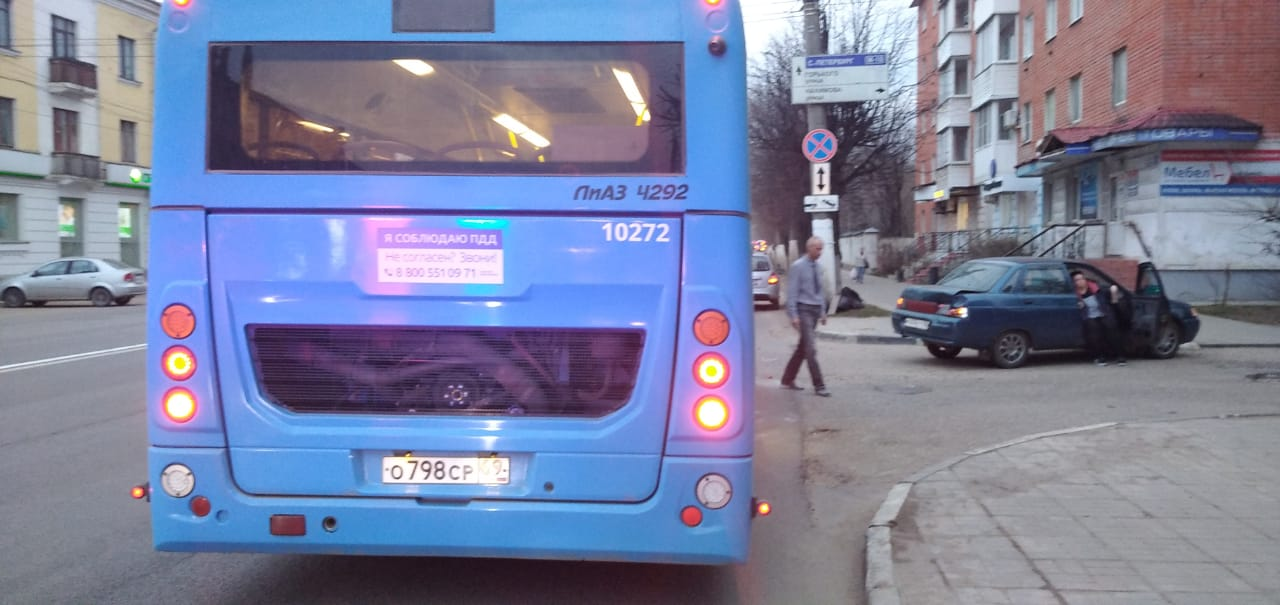 В Твери «ВАЗ» «подрезал» автобус с пассажирами