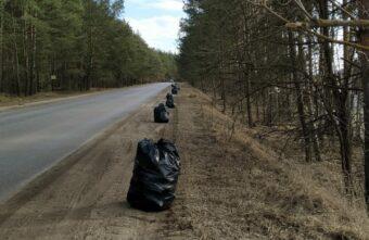 Жительница деревни под Тверью собрала 20 мешков мусора с одной обочины