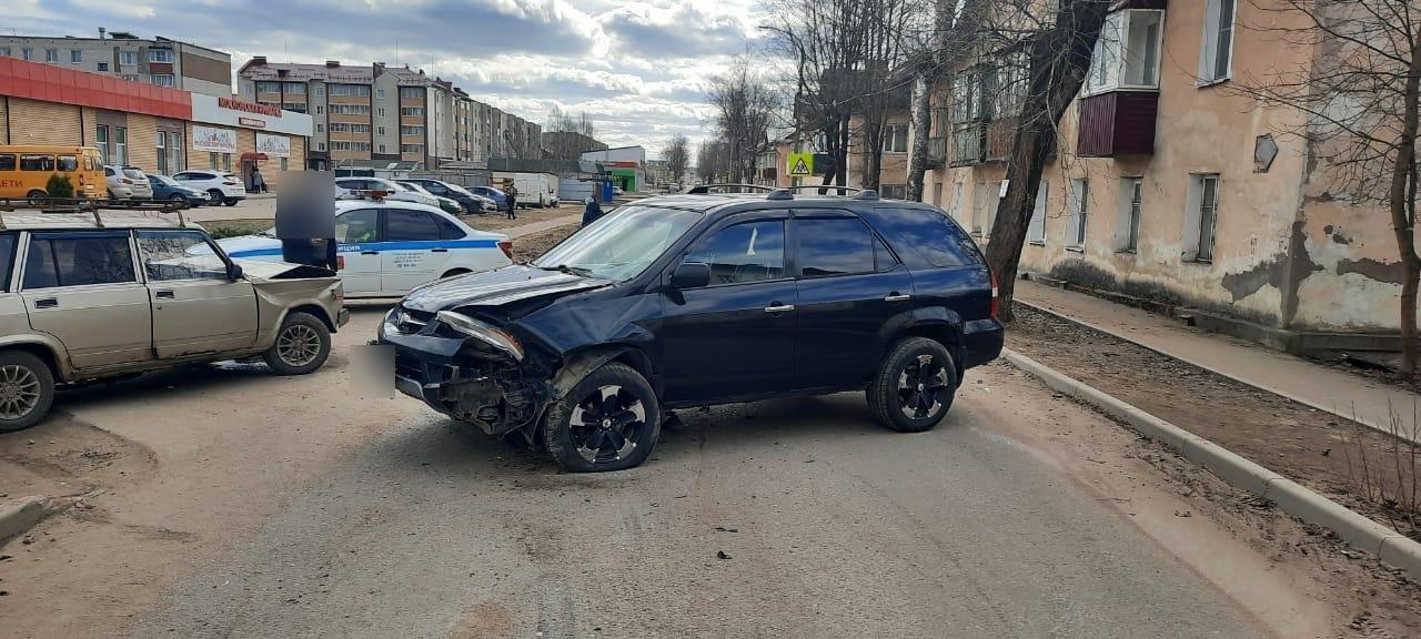 Три человека пострадали из-за водителя, не уступившего дорогу в Тверской области
