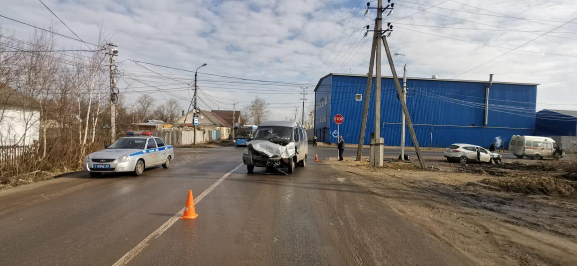 В столкновении двух машин на перекрёстке в Твери пострадал виновник ДТП