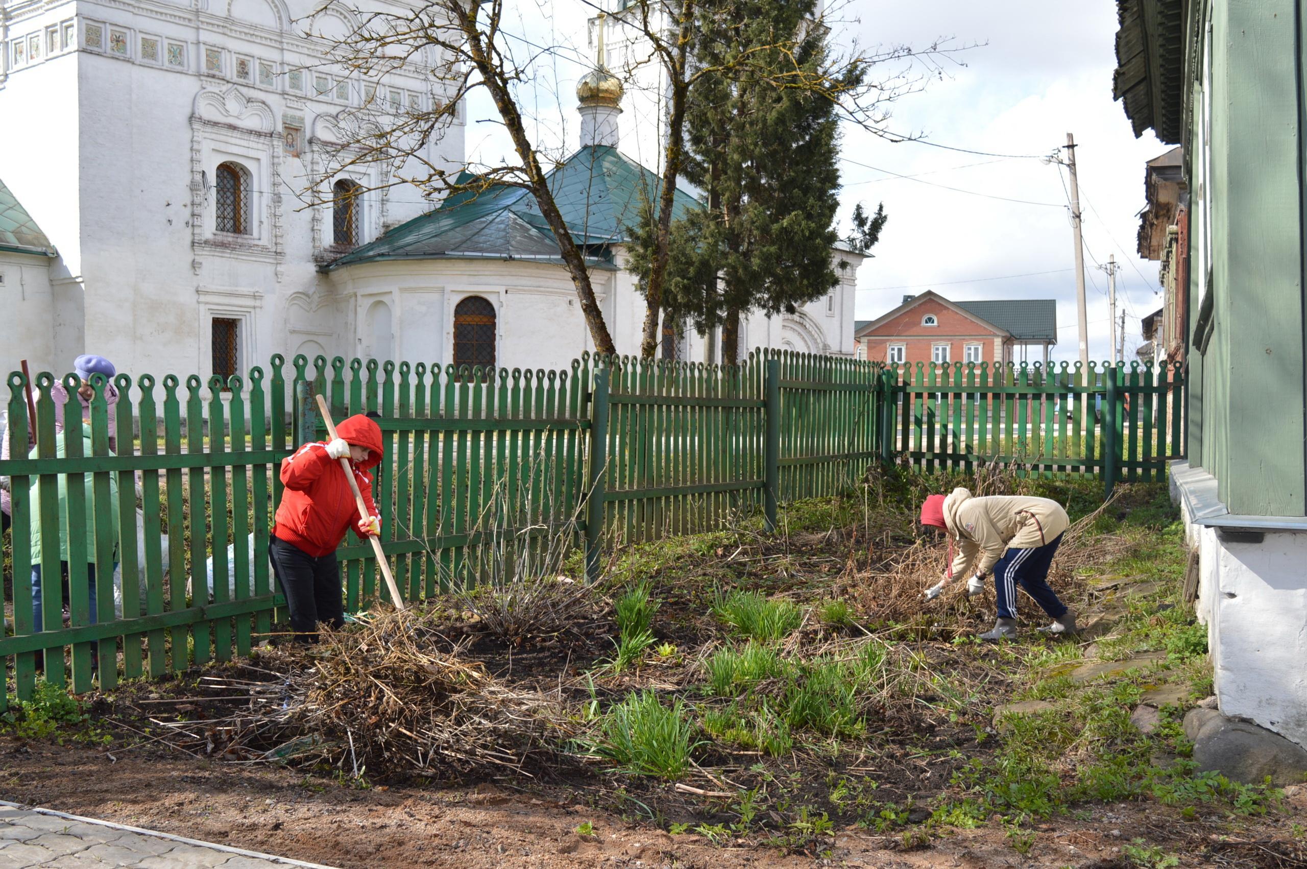 Территорию у дома Патриарха Тихона убирали в Тверской области