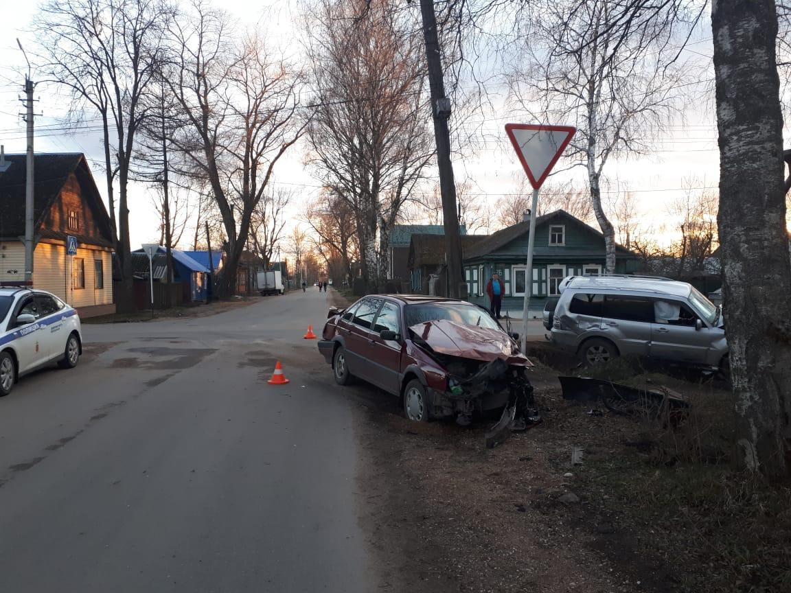 Внедорожник протаранил легковушку в Тверской области