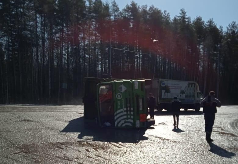 На дороге под Тверью опрокинулся мусоровоз