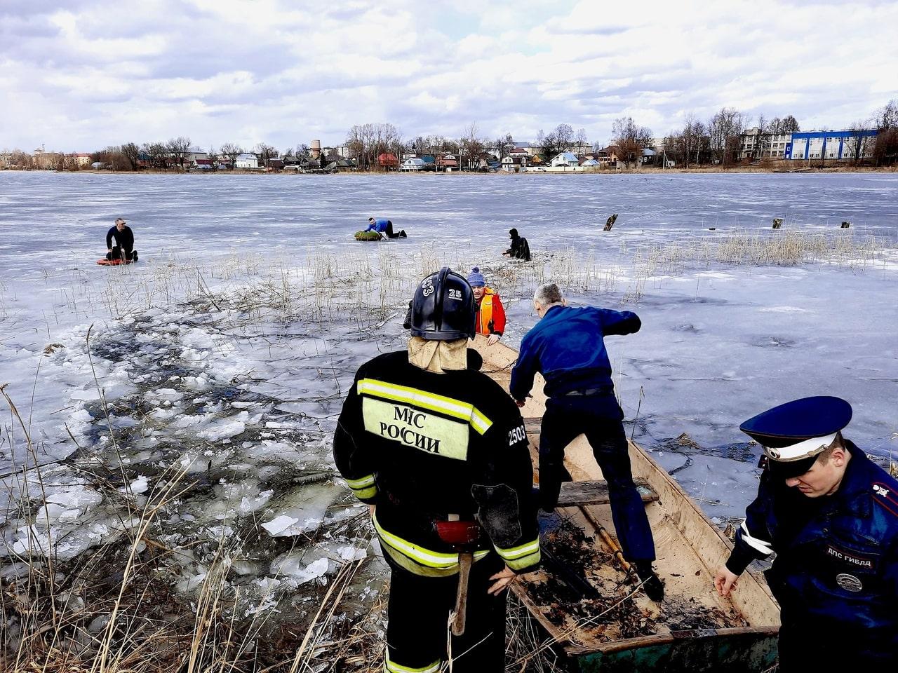 Дети, провалившиеся под лёд в Тверской области, спаслись благодаря неравнодушным мужчинам