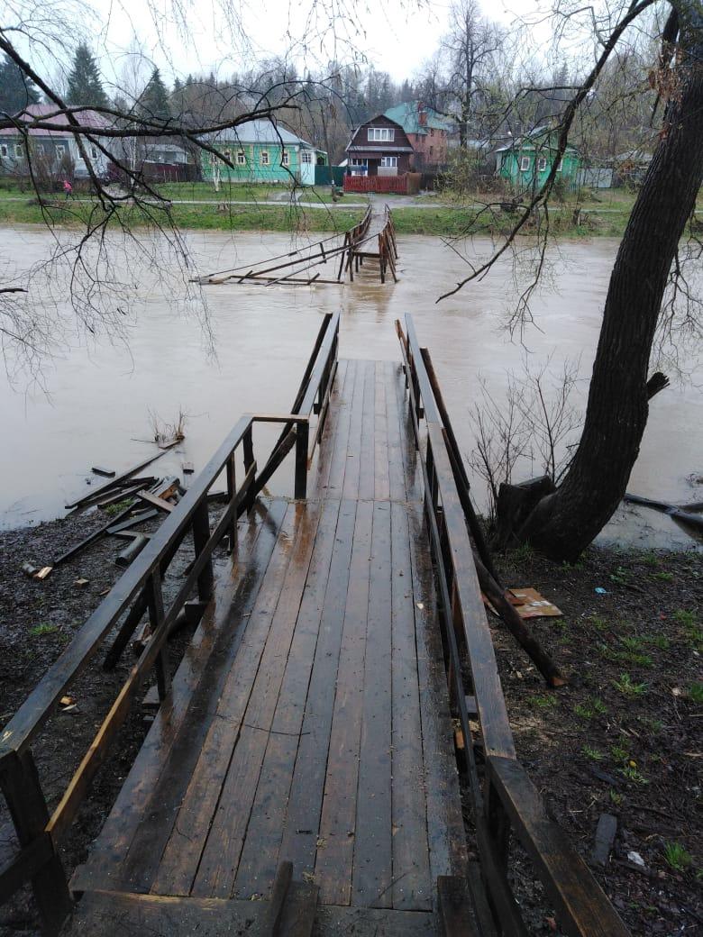 Из-за резкого подъёма воды в Тверской области снесло мосты