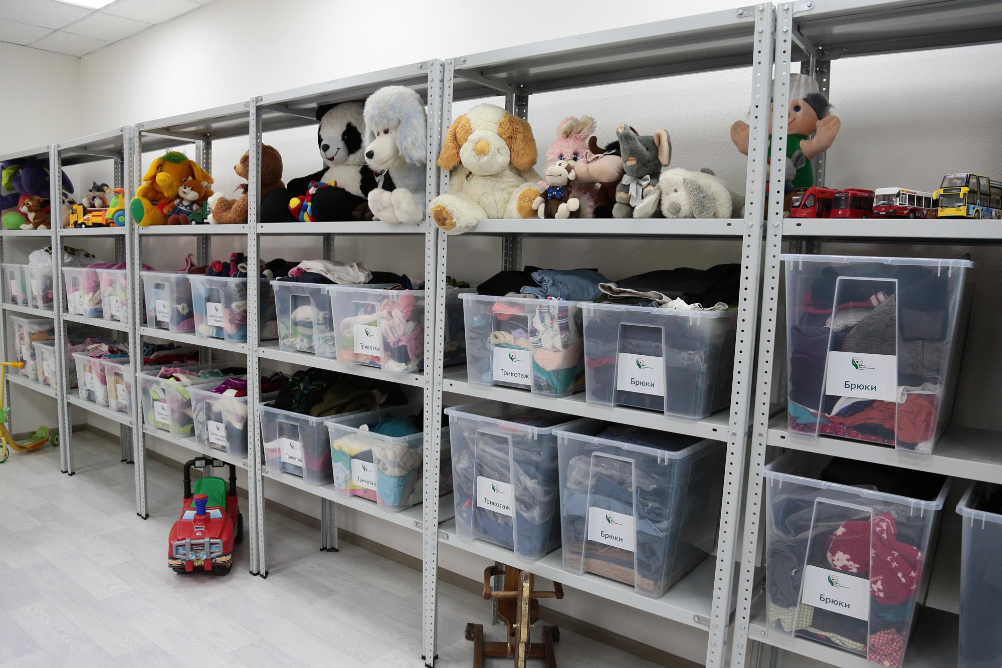В Тверской области вещи из благотворительного фонда выбросили в канаву