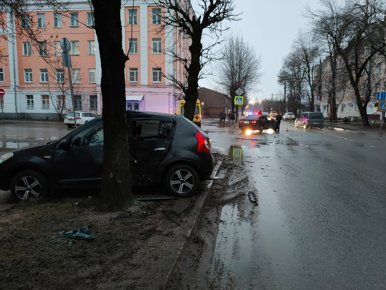 Две иномарки столкнулись в центре Твери: есть пострадавший