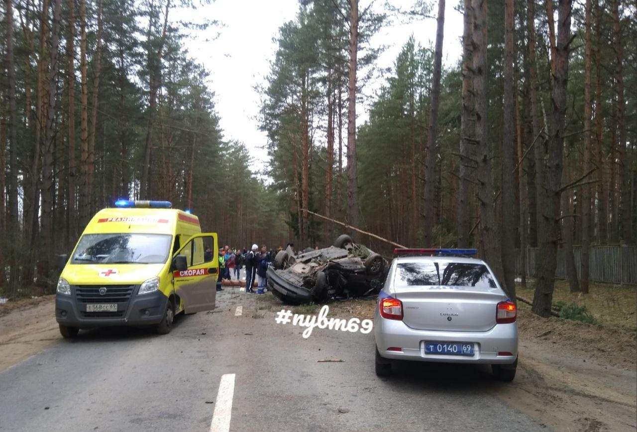 Иномарка врезалась в дерево и опрокинулась в Твери, есть пострадавшие