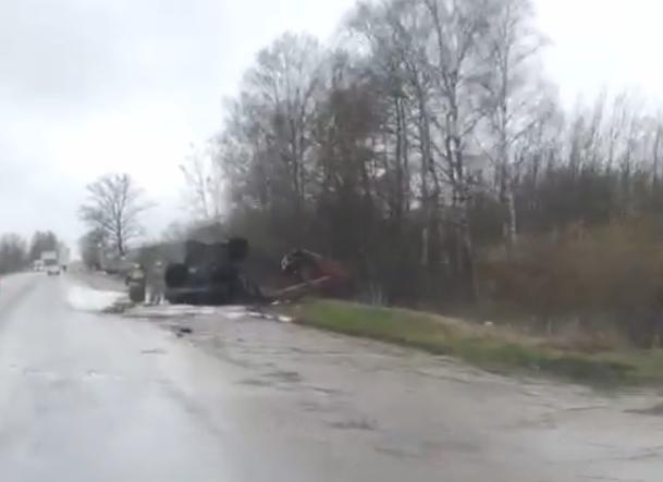 Автоцистерна и экскаватор оказались в кюветах после столкновения в Тверской области