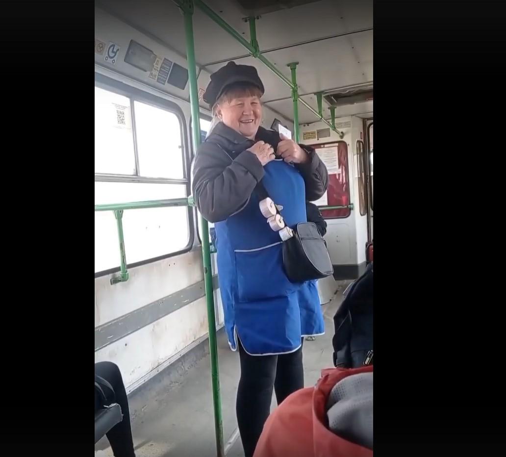 Кондуктор развеселила пассажиров пасхальными частушками в Тверской области